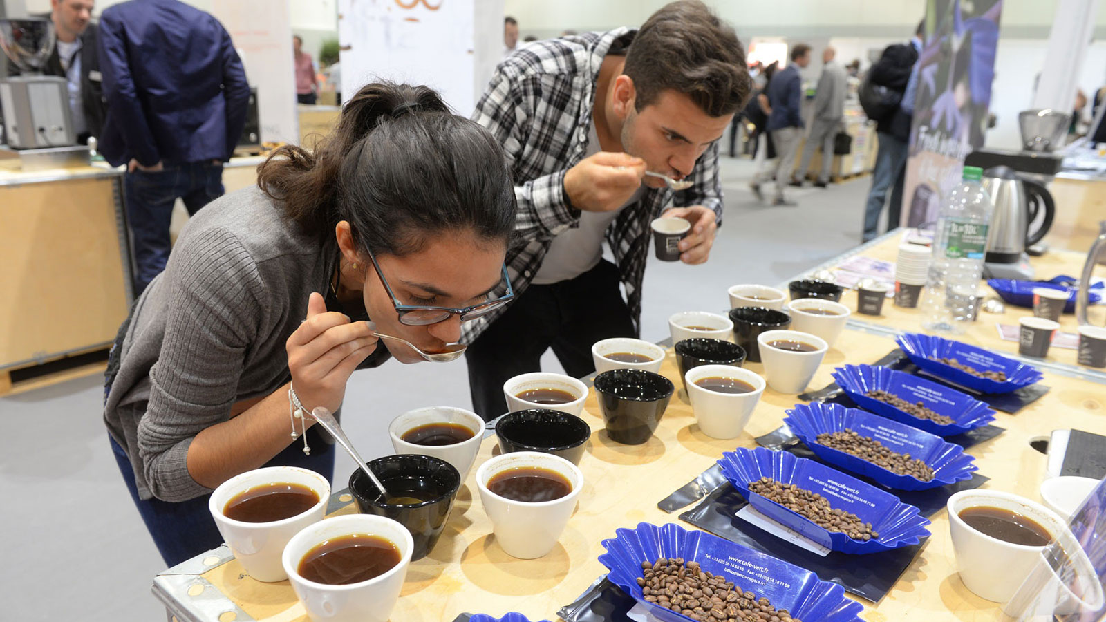 Zwei Besucher auf der COTECA Coffee, Tea and Cocoa Global Industry Expo in den Messehallen Hamburg